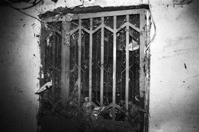 丰台五里店南里小区16号楼地下室,一名遇难者家的铁门。 实习生 王飞 摄
