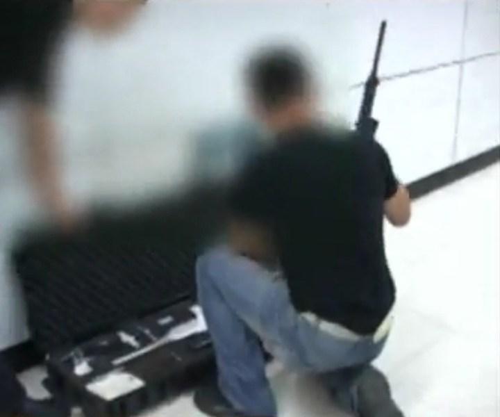 北京/特警组装狙击枪。视频截图