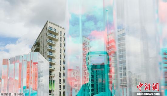 伦敦奥运村位于伦敦东部的奥林匹克公园内。奥运会期间奥运村能接待来自200多个国家和地区的16000名运动员和随队官员。图为透过一装置艺术品拍摄的奥运村大楼(7月12日摄)。