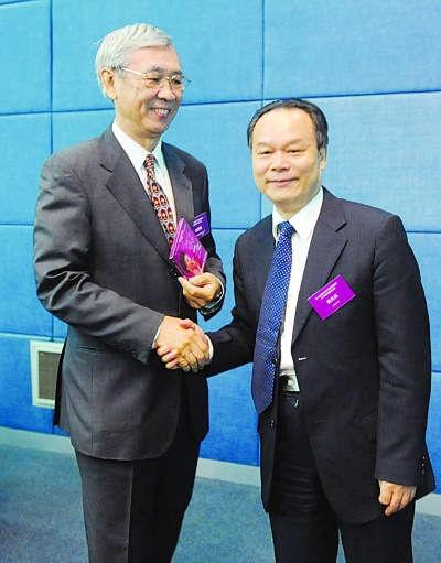 北大校长周其凤(右)向香港城市大学前校长赠送自己作词光碟。