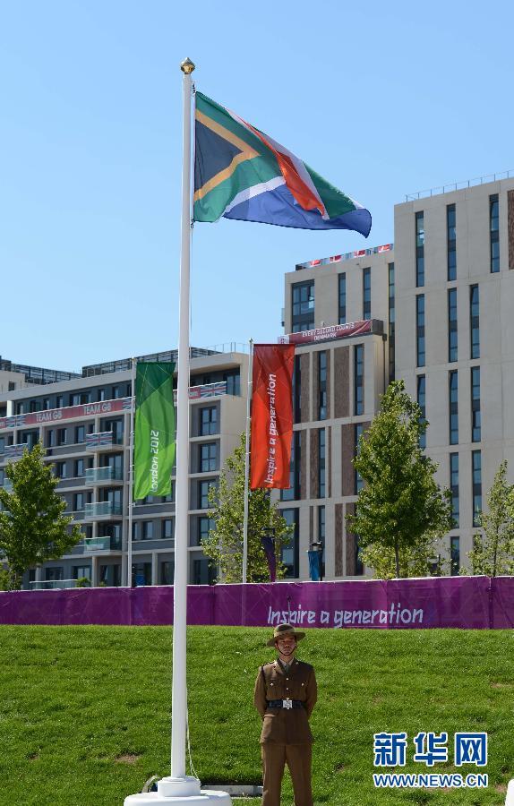 7月23日,在伦敦奥运村升旗广场,南非体育代表团举行升旗仪式。 新华社记者 杨磊