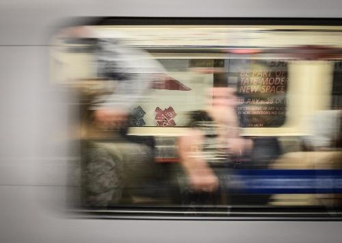 奥运行在伦敦 伦敦地铁从奥运海报前驶过