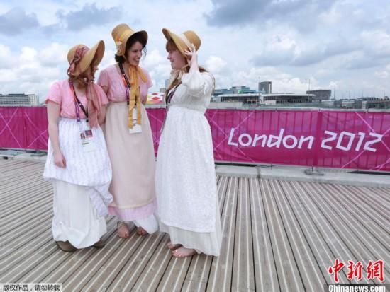 当地时间7月20日,英国伦敦,部分参加2012年伦敦奥运会开幕式的演员准备前往奥林匹克公园进行彩排。