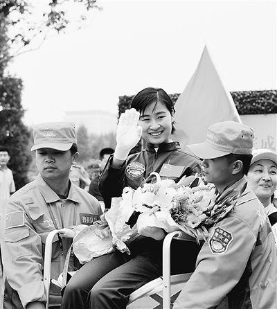 刘洋6月29日圆满完成我国首次载人交会对接任务后回到北京航天城的情景。本报记者 张晓祺摄