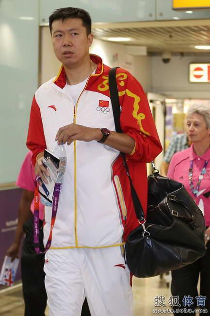 图文:中国男篮抵达伦敦 王治郅抵达