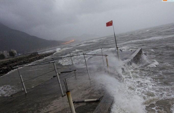 深圳海滨风雨大作海浪翻滚 -台风 韦森特 来袭 深圳海滨掀大浪图片
