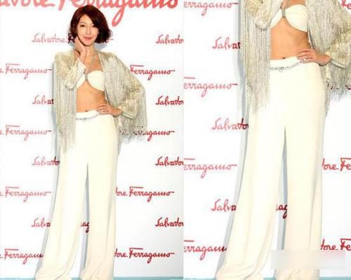 白色高腰阔腿裤和华丽的白色BRA
