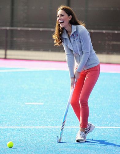 玩曲棍球的凯特王妃