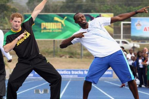 哈里王子和牙买加短跑运动员博尔特摆造型合影。