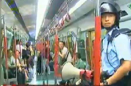 凌晨时分,警员进入东铁车厢劝喻乘客离开。 副本
