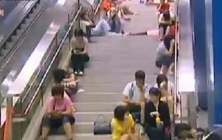 东铁线因塌树和电力故障,昨晚11时多起全线停驶,数百乘客滞留,有人在车站大堂及车厢过夜,情况狼狈。 副本