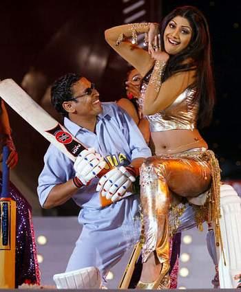 印度/资料图:印度宝莱坞女星希尔帕/舍蒂与印度板球明星腾度尔卡在...