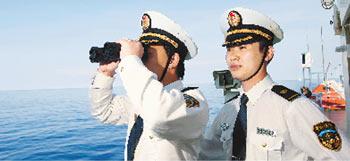 """2010年5月初,中国海事局赴南沙海域巡航。图为海事执法人员在""""海巡31""""上观察巡航水域情况。"""