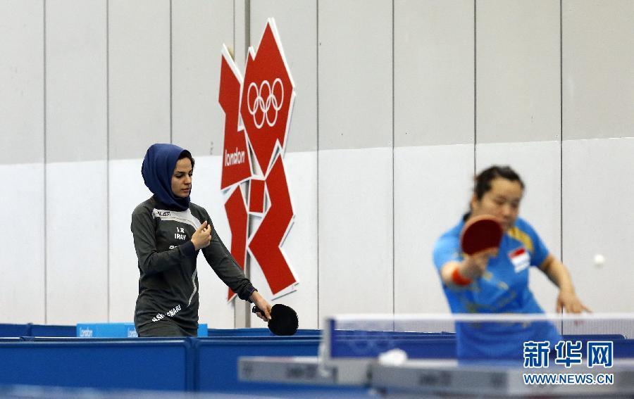 7月24日,中国乒乓球队队员许昕在伦敦ExCel体育馆内训练,备战将于7月28开始的伦敦奥运会乒乓球比赛。 新华社记者沈伯韩摄
