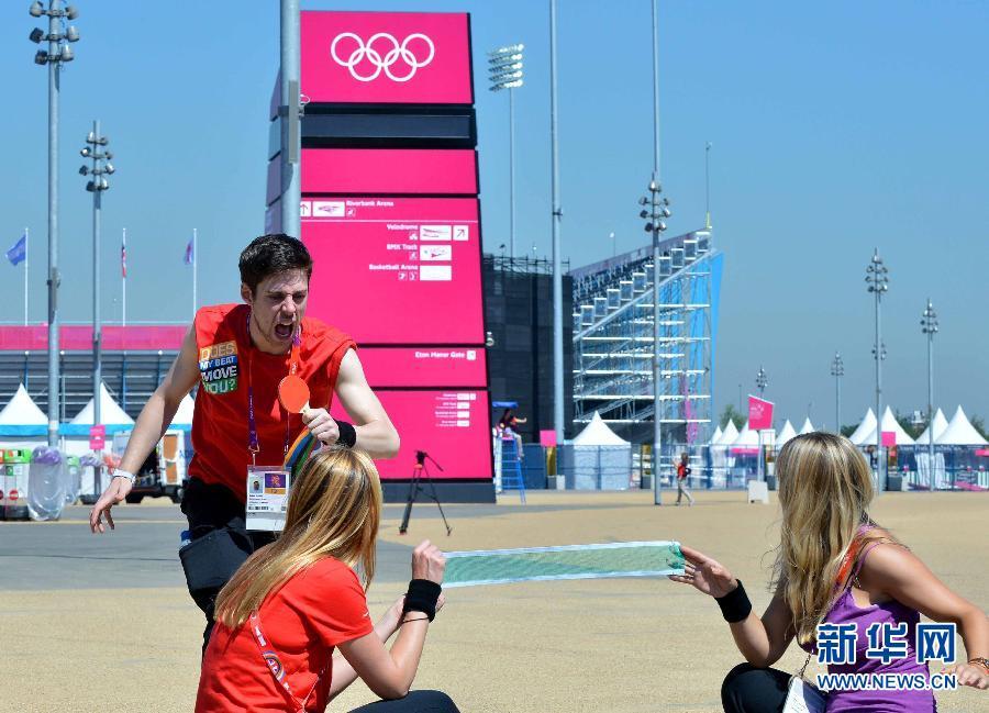 """7月24日,表演者在表演打乒乓球。当日,在伦敦奥运会奥林匹克公园内,几名表演者用行为艺术的方式演绎了一场另类的""""乒乓秀""""。新华社记者公磊摄"""