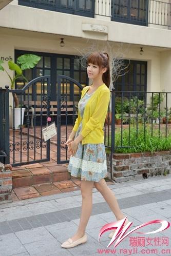 蕾丝花边装饰的碎花收腰连衣裙搭配明黄色针织开衫