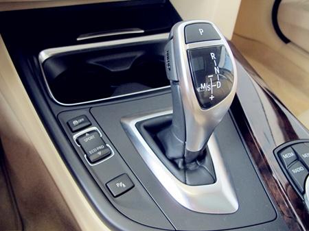 提供:西安荣宝汽车销售服务有限 刹车和油门踏板的位置也相对靠近图片