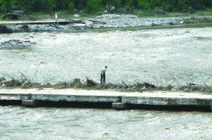 北京 蔡代征/汛前本已经断流、河床干涸的拒马河,如今河水汹涌奔腾。
