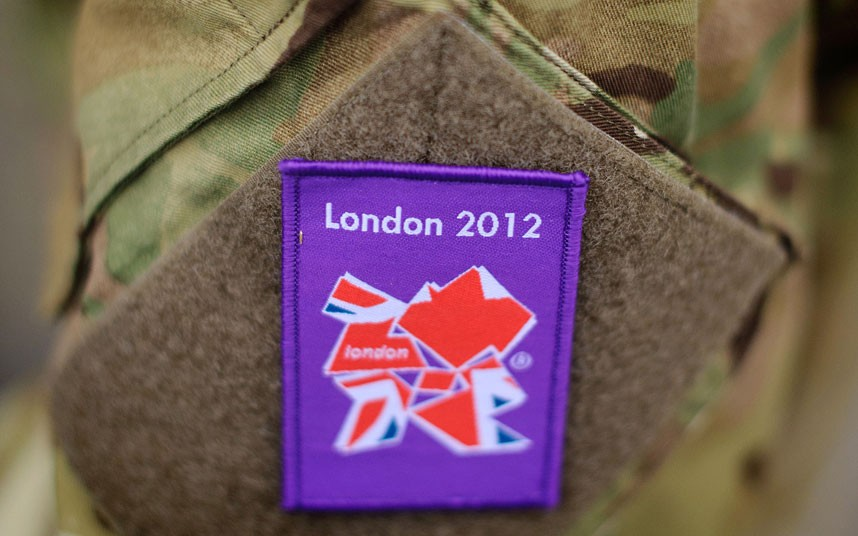 士兵们走过奥林匹克公园里的一块欢迎标语。