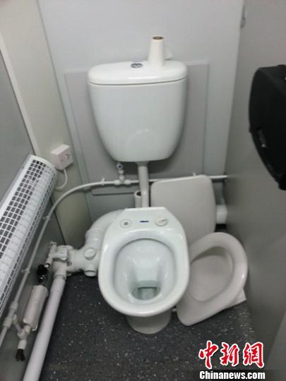 """伦敦奥运会奥运村的厕所一角。奥运还未开幕,一些""""豆腐渣""""设施便已告损坏。宋方灿摄"""