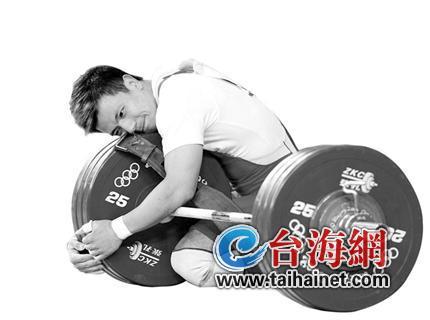 他双膝跪地,叩首、拥抱并亲吻杠铃。在2008年北京奥运会男子举重62公斤级比赛上,来自龙岩的张湘祥这一情不自禁的举动,感动了数亿国人。