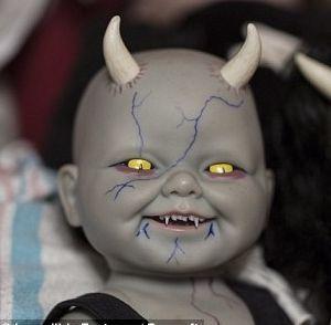 美国33岁女子收藏500个仿真恐怖娃娃