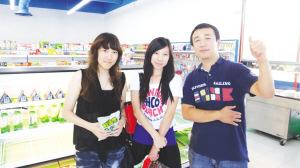 尼克和台湾客人李小姐、蔡小姐在店内合影。(高睿 摄)