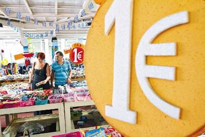"""希腊继续成为最大债务国,""""一欧元店""""成行成市。香港《文汇报》"""