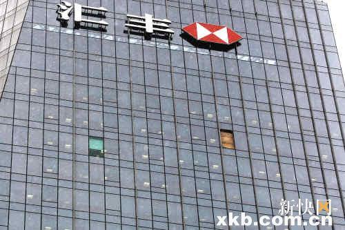 坠落玻璃的窗口被用纸皮封住。新快报记者毕志毅/摄