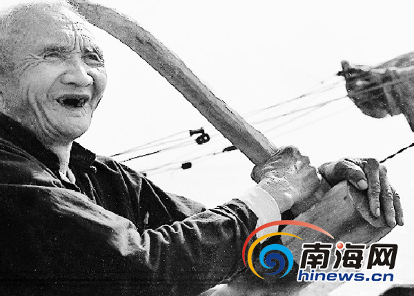 """(右)和文昌东郊镇海海南非遗项目""""南海航道更路经""""代表性传承人郑庆能"""