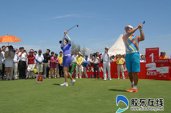 胶东在线网7月25日讯(通讯员 李庆盛) 7月25日下午,中国职业高尔夫球锦标赛烟台站在金山高尔夫球场举行了开球仪式,来自社会各届的十余位明星嘉宾为比赛开球。开球仪式结束后,职业-业余将举行配对赛为明日的正式比赛热身。