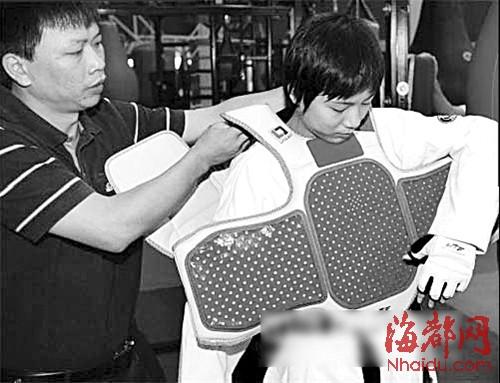 跆拳道选手穿上电子护具