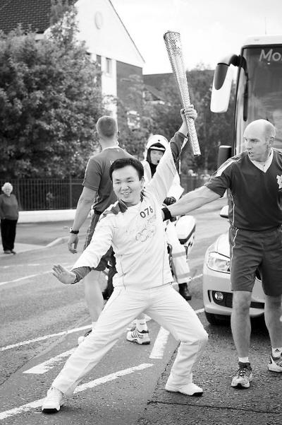 图为熊榆在传递火炬时表演中国功夫。