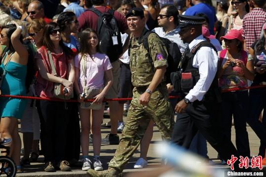 当地时间7月24日,姚明抵达伦敦希思罗国际机场,他此次将作为中央电视台解说嘉宾身份参与到伦敦奥运中。记者 富田 摄