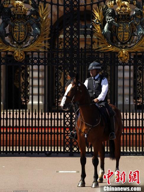 当地时间7月24日,伦敦奥运会开幕在即,骑警在白金汉宫门前加强巡逻。记者 富田 摄