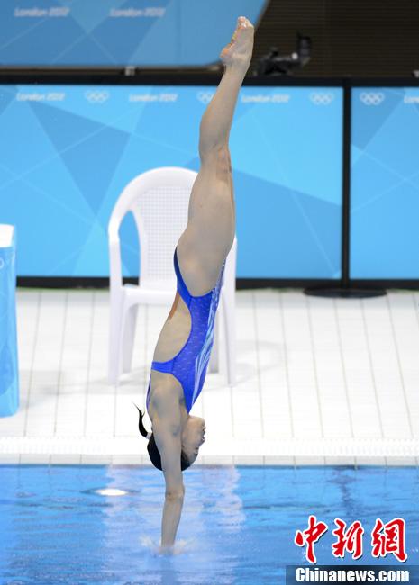 伦敦时间7月24日,中国跳水运动员吴敏霞在伦敦奥运游泳馆训练。记者 廖攀 摄
