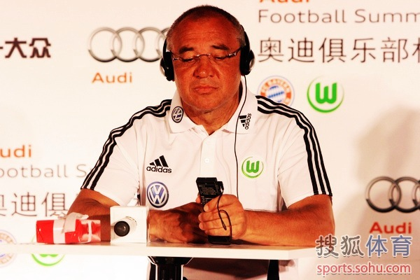 ...拜仁慕尼黑队主教练海因克斯和队员穆勒,偕同沃尔夫斯堡队主教练...图片 90953 600x400