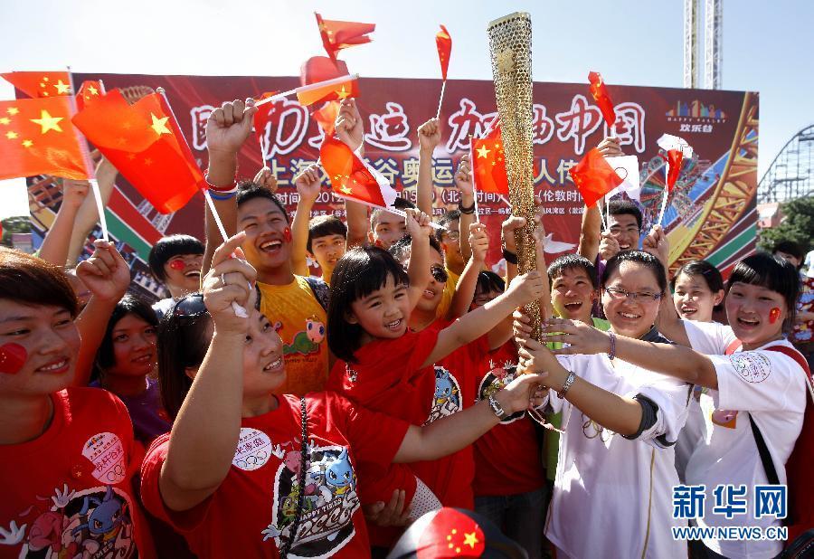 传递奥运火炬 助威中国健儿(组图)