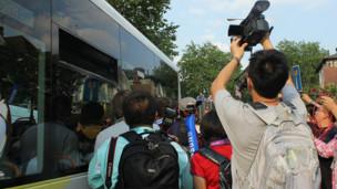 李娜还没有下火炬手运送车,大批记者围了上去。
