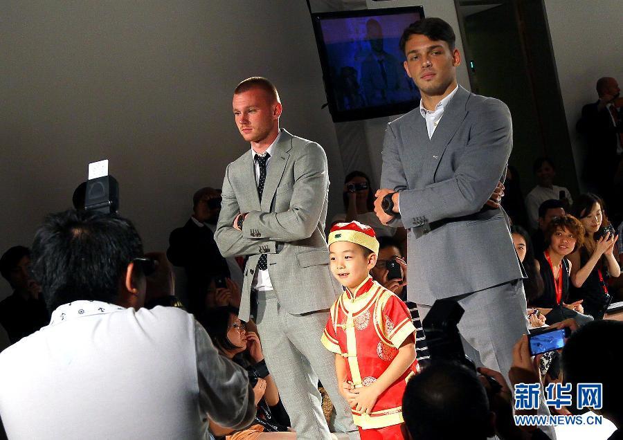 7月26日,曼联球员在上海出席慈善时装秀活动。当日,著名足球俱乐部曼彻斯特联队众球员在上海身着西装、休闲装上台走秀,展示绿茵场外英超红魔的别样风采。新华社记者陈飞摄