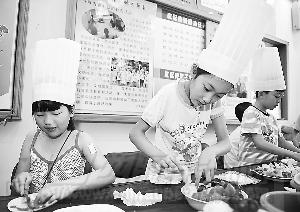 秦雨 吕楚源/7月26日,12岁的吕楚源(左一)和11岁的秦雨涵(左二)在制作...