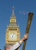 图文:奥运火炬在伦敦继续传递 大本钟前的火炬