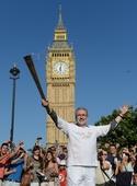 图文:奥运火炬在伦敦继续传递 火炬手托尼佩奇