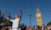 图文:奥运火炬在伦敦继续传递 围观者众多
