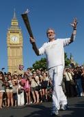 图文:奥运火炬在伦敦继续传递 伦敦议会广场