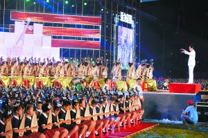 在当晚的辽源首届国际琵琶文化艺术节开幕式上,2012名成功挑战吉尼斯世界纪录的选手表演琵琶齐奏《金蛇狂舞》