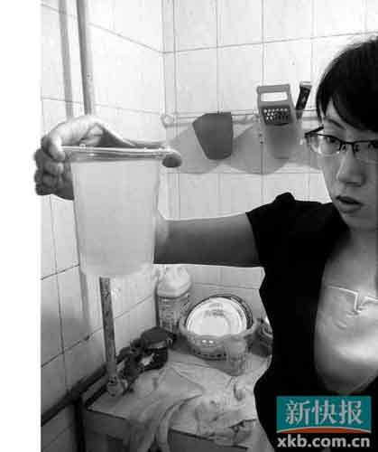 小英打开水龙头接了一杯自来水,可以看见水呈乳白色。