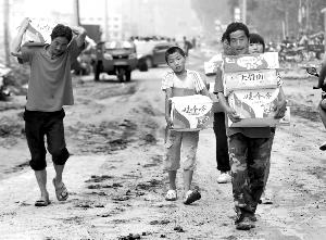 """野三坡镇百里峡的一户村民全家""""上阵""""领取救灾物资。"""