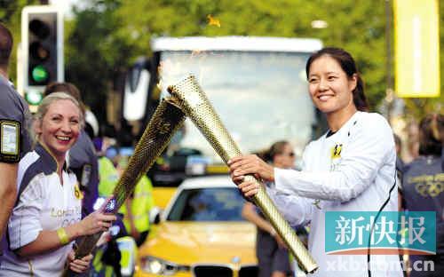 """据新华社电 尽管伦敦奥运会的脚步越来越近,中国网坛""""一姐""""李娜7月25日仍在繁忙的备战中抽出时间参加了伦敦奥运会的火炬传递。"""