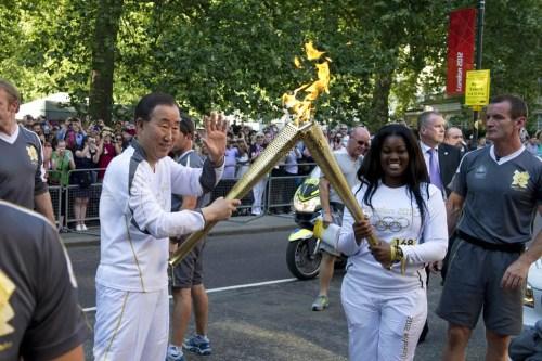 联合国秘书长潘基文参加伦敦奥运会火炬传递活动。